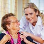 מטפלת סיעודית וקשישה מחייכות