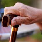 יד של קשיש אוחזת במקל הליכה
