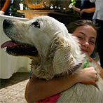אישה צעירה מחבקת כלב לבן