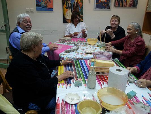 קשישים יוצרים במרכז היום 'בית לוסטיגר' - בת ים