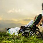 קשיש במצב סיעודי ומטפלת