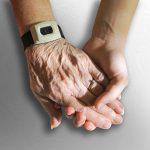 יד של אדם צעיר אוחזת ביד של אדם קשיש
