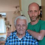 בחור צעיר עם איש מבוגר