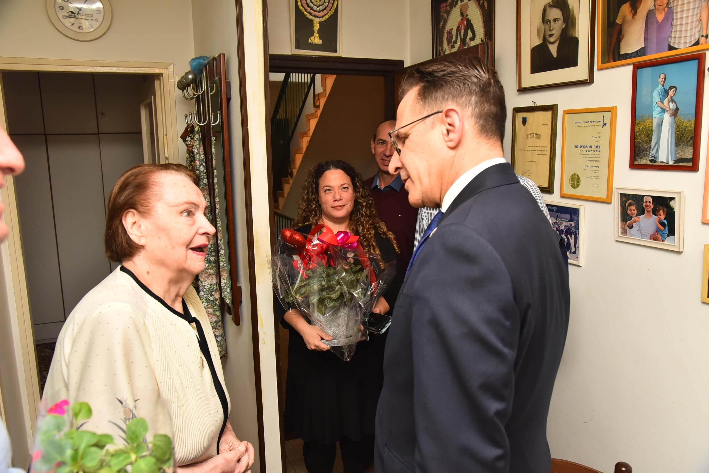 מזכיר הממשלה מר צחי ברוורמן מבקר את לידיה קלדרריו בנס ציונה. צילום: חובב אולפני צילום.