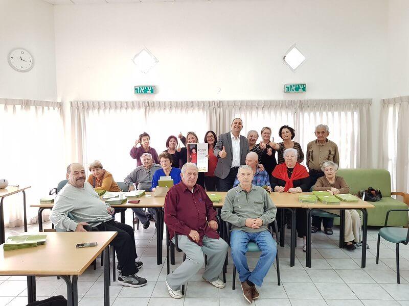 ראש עיריית לוד, מר יאיר רביבו, מבקר במרכז תעסוקתי לקשישים. צילום: משה אלדן.
