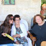 לאה שבת מגיעה להופעה בביתה של לונה שוטילמן באור יהודה. צילום: מיכל מיכאלוב, סטודיו מימי.