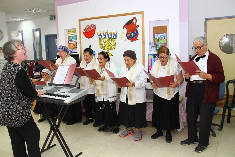 מקהלת הקשישים של מרכז יום השלום בבאר שבע שרה בפני 2 גני ילדים. צילום: בועז מאור.