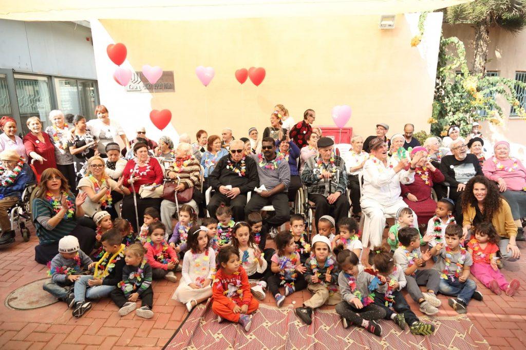 מפגש בן דורי עם ילדי גן דבורה בבאר שבע , בבית סקנדינביה ובית אבות שבדיה. צילום: מישל אמזלג