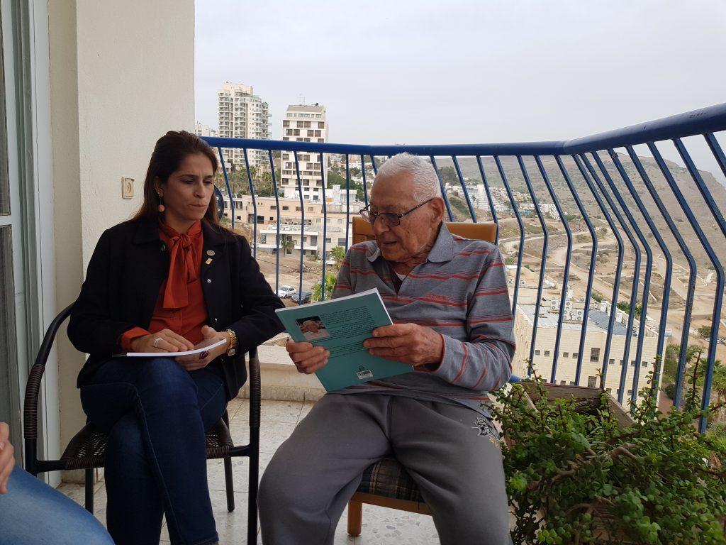 """מחזירים אהבה 2018- ח""""כ מירב בן ארי בביקור אצל חיים אוחנה תושב טבריה בן 97. צילום: יהודית הרוניאן."""